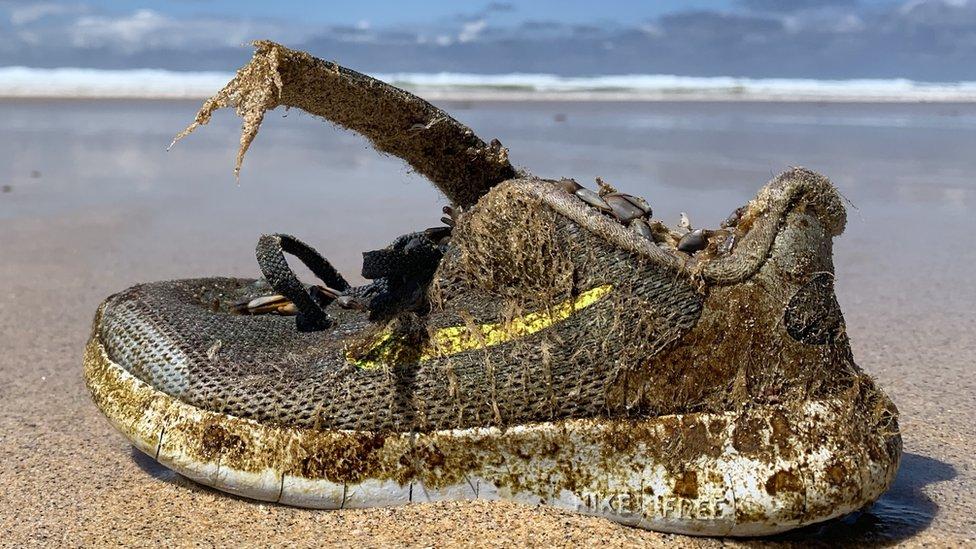 ¿Por qué cientos de zapatos deportivos están apareciendo en playas desde las Bah ...
