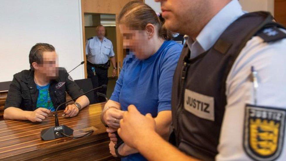 Німецькій парі, що продавала сина педофілам, дали 12 років