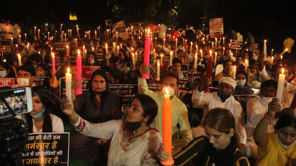 نظم ناشطون في مؤتمر الشباب الهندي مسيرة على ضوء الشموع في جانتار مانتار للمطالبة بالعدالة لضحية اغتصاب جماعة هاثراس ، التي توفيت في مستشفى حكومي في دلهي في 12 أكتوبر / تشرين الأول 2020 في نيودلهي، الهند.