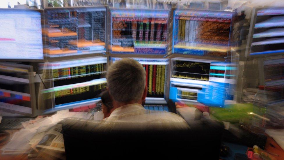 Un comerciante observa pantallas en la oficina de París de una compañía de inversión francesa (agosto de 2011)