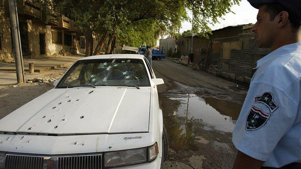 Un auto con agujeros de balas en Bagdad