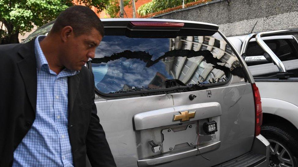 Un carro impactado por balas en Caracas cerca de la Asamblea Nacional.