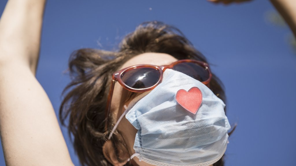 Chica con mascarilla con corazón