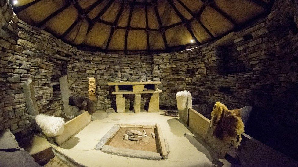 Unutrašnjost stare kuće u naselju Skara Brae, sa starim predmetima, pretečom nameštaja