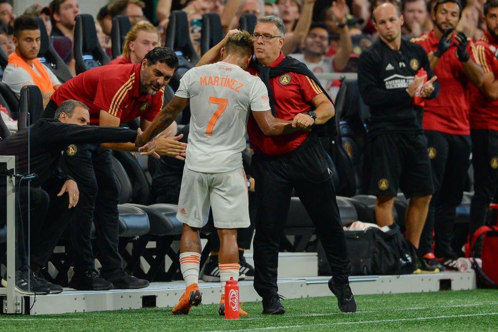 """El atacante venezolano es felicitado por su técnico, el argentino Gerardo """"Tata"""" Martino, tras anotar su sexto hat-trick en Estados Unidos."""