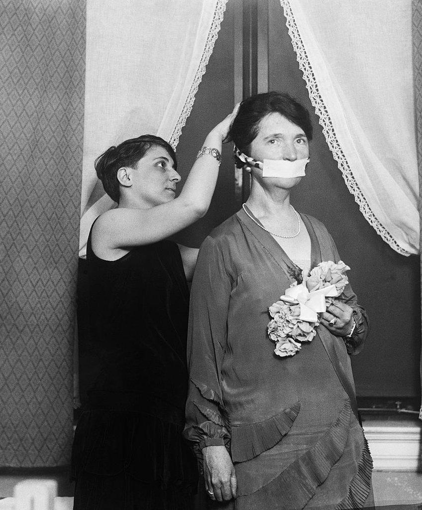 Margaret Sanger con su boca cubierta.
