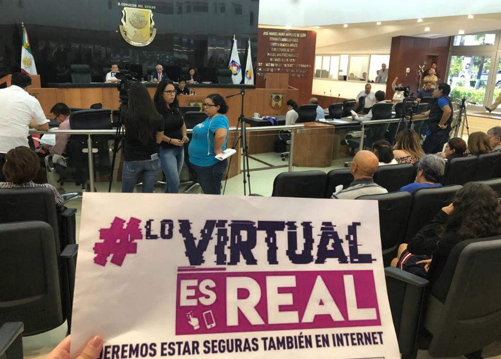 Lo virtual es real, dice una pancarta en un congreso estatal de México.