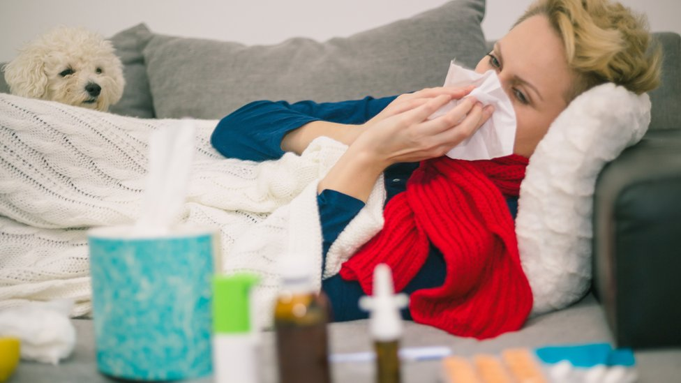 Women lie down with colds.