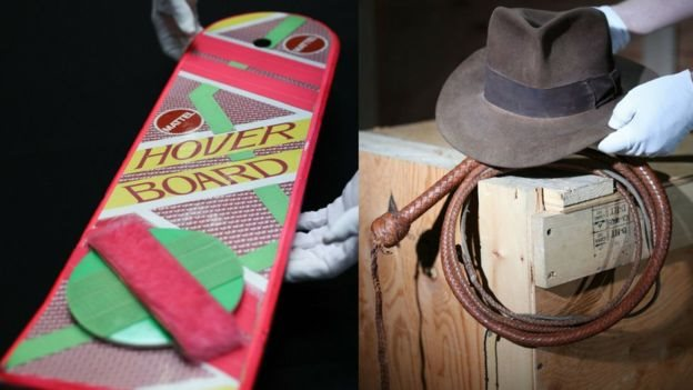 Topi fedora Harrison Ford dari film The Indiana Jones films dan papan luncur Marty McFly di Back To The Future II .
