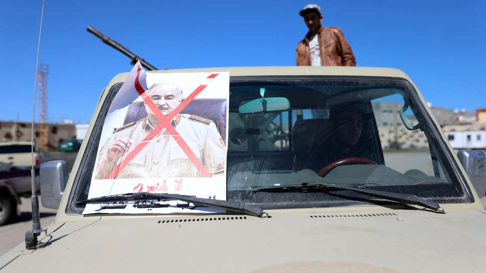 صورة حفتر وفوقها علامة الرفض على سيارة للمقاتلين الموالين لحكومة طرابلس