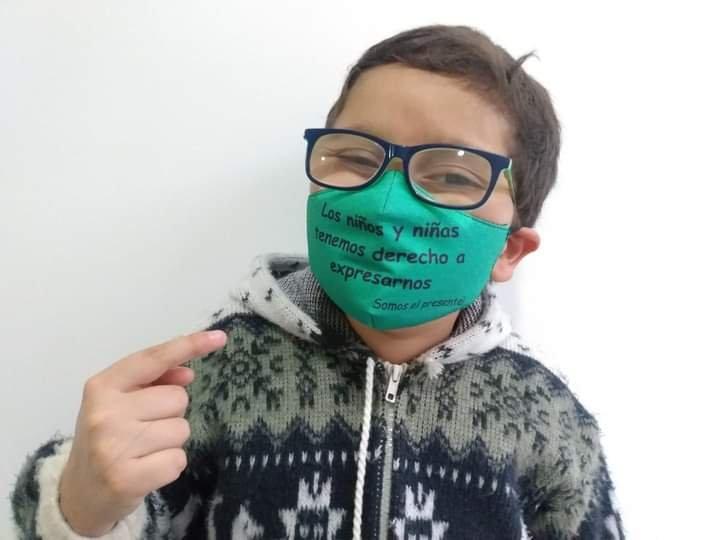 Francisco con una máscara
