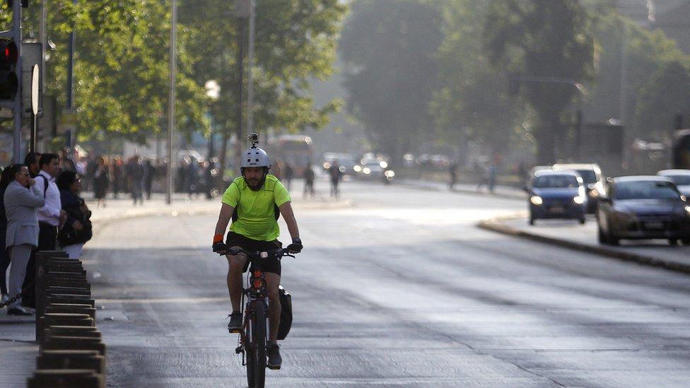 Hombre en bicicleta por la Alameda