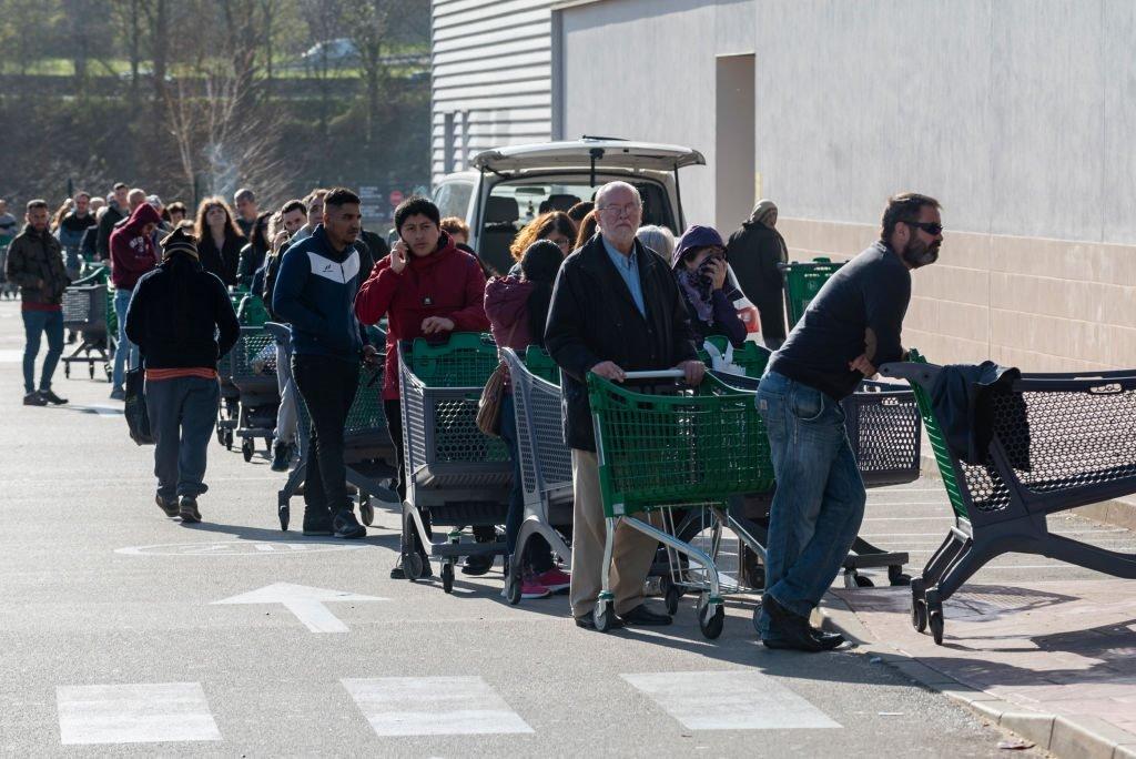 اصطف طابور طويل من الناس أمام سوبر ماركت بالقرب من سان سيباستيان بإسبانيا بعد أن أعلنت الحكومة الإسبانية حالة الطوارئ ونفذت قانون الإغلاق الفوري لجميع الأعمال غير الأساسية حتى 29 مارس/آذار الحالي.