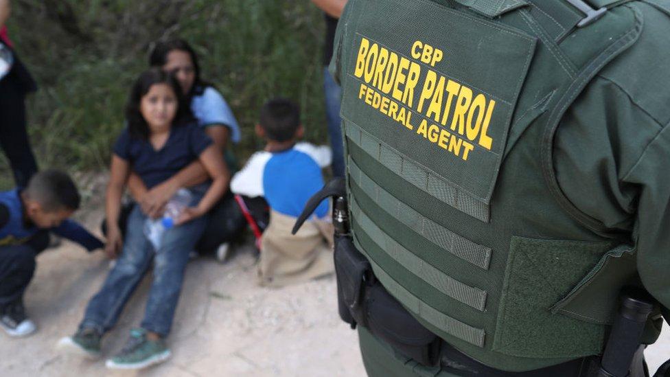 Familia de migrantes detenida.