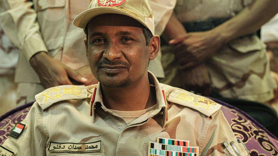 اللواء محمد حمدان دقلو وقع الاتفاق عن المجلس العسكري