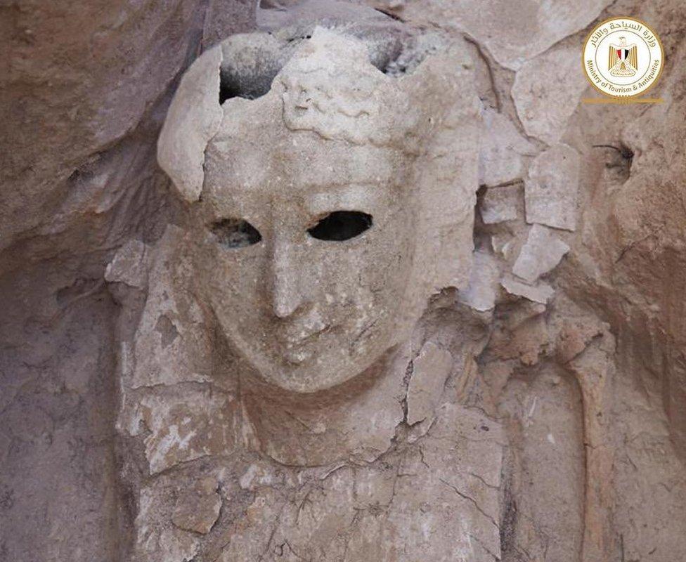 Los restos de una máscara que contenía una momia femenina encontrados en las tumbas del templo Taposiris Magna de Alejandría