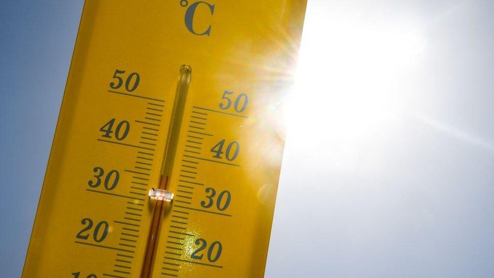 Termómetro marcando la temperatura en un día soleado