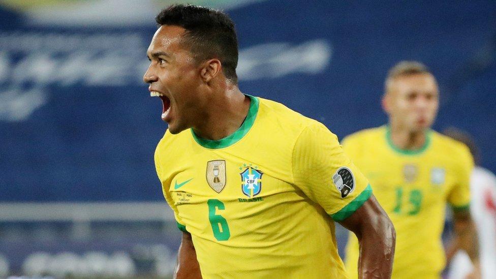 Alex Sandro celebra el primer gol de Brasil