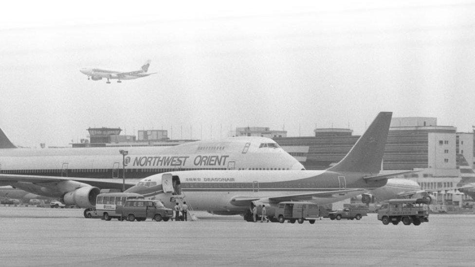港龍航空試飛波音737-200客機(前)抵達香港(啟德)國際機場(17/7/1985)