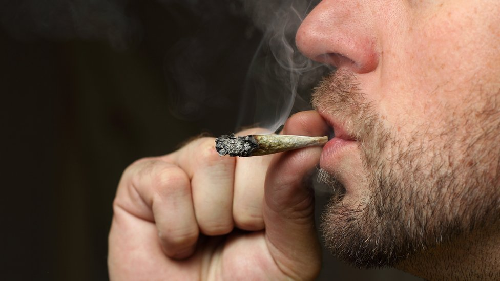 muškarac puši džoint