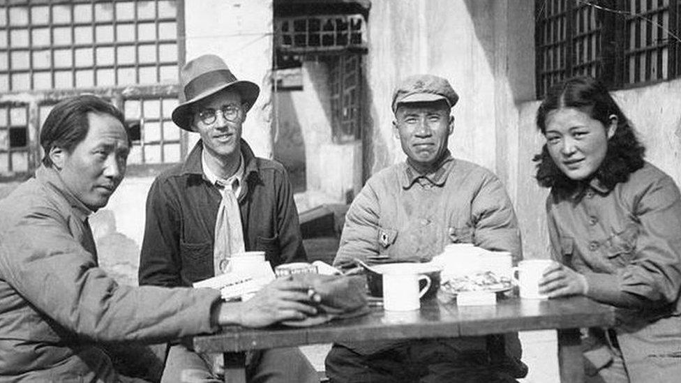 ماو إلى اليسار وزوجته وأحد رفاقه مع مراسل صحفي أمريكي
