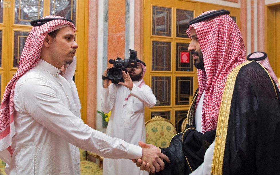 薩拉赫·卡舒吉(Salah Khashoggi,左)與沙特王儲穆罕默德·本·薩勒曼(Crown Prince Mohammed bin Salman)握手