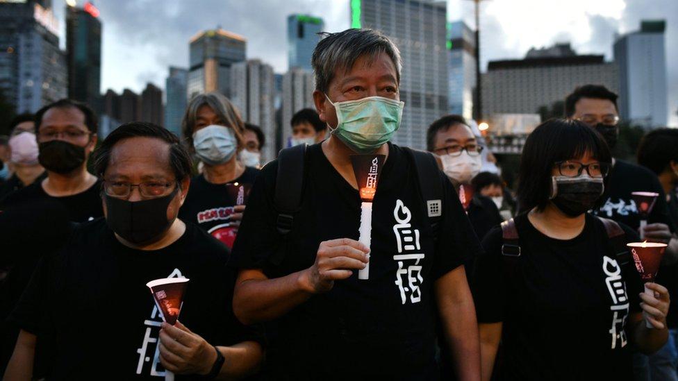 李卓人(中)等香港支聯會委員在維多利亞公園點起蠟燭悼念北京「六四」事件死難者(4/6/2020)
