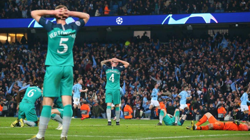 Jugadores del Tottenham se lamentan del gol de Sterling que después terminaría siendo anulado.