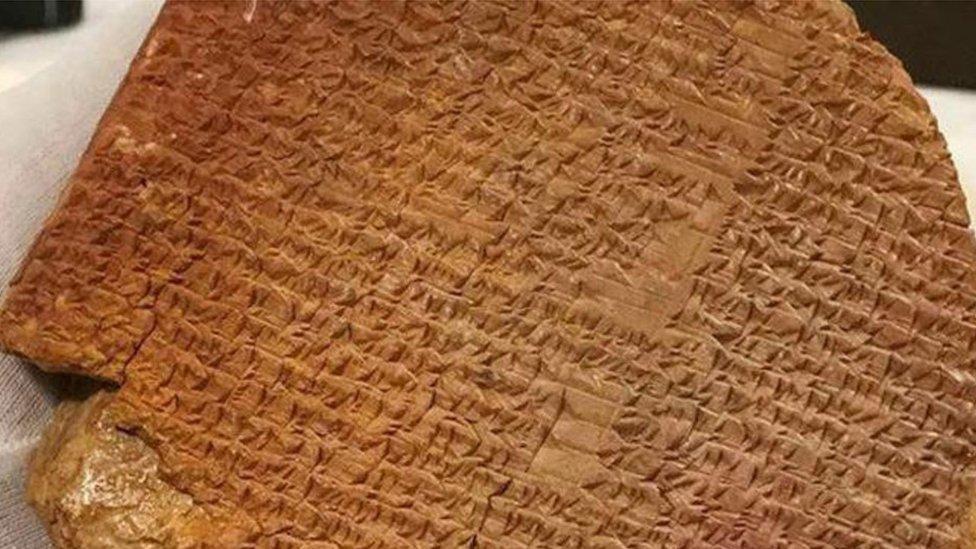 Возвращение Гильгамеша: древняя глиняная табличка, украденная 30 лет назад из музея, возвращается в Ирак