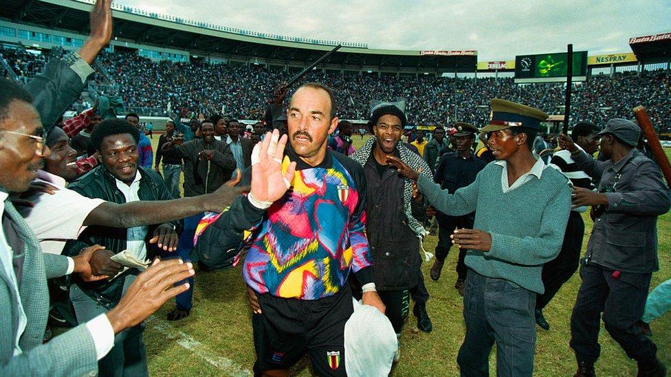 Bruce Grobbelaar en un partido contra Camerún en 1993.
