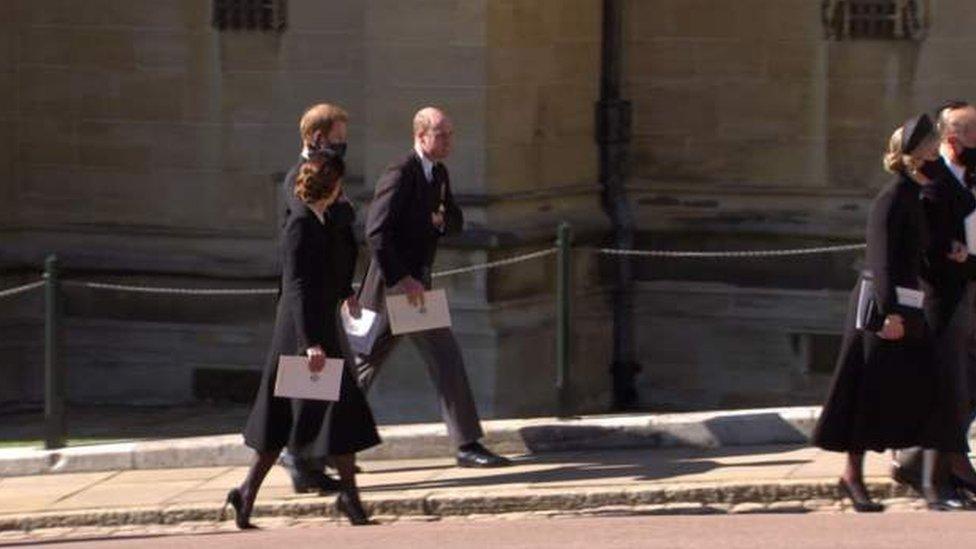 葬禮結束後,劍橋公爵夫婦與蘇塞克斯公爵被見到相互交談。