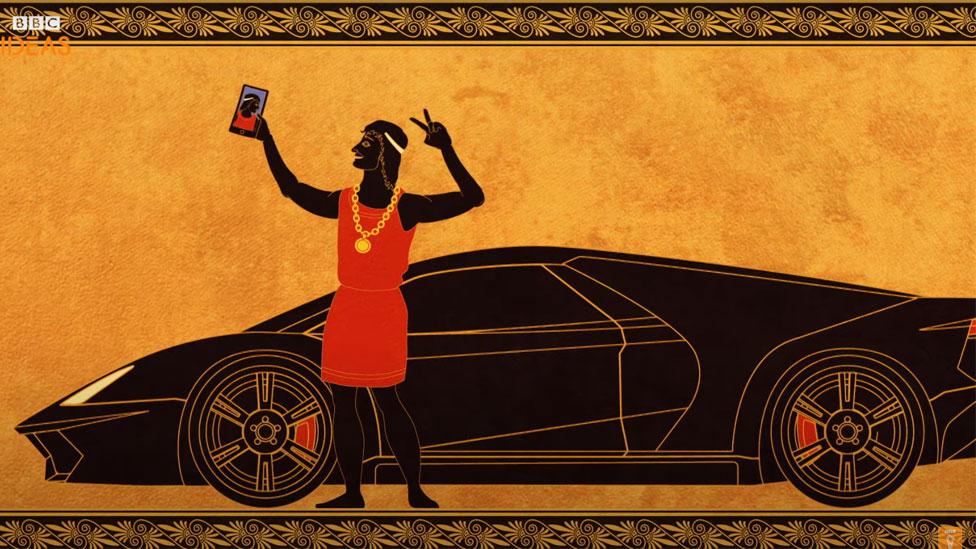 Griego antiguo tomándose un selfie con un auto deportivo