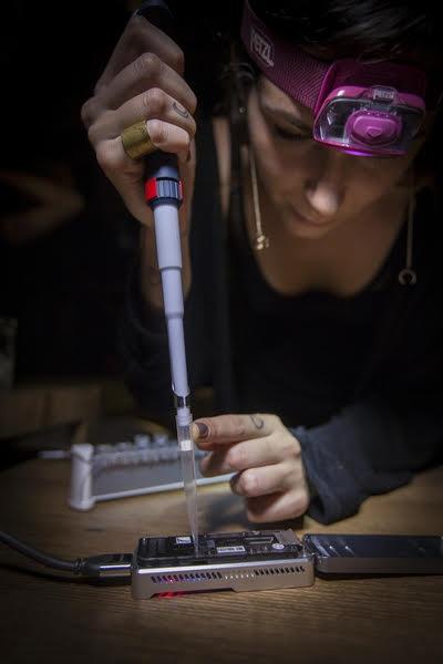 Virologista Marta Giovanetti operando sequenciador de genoma portátil