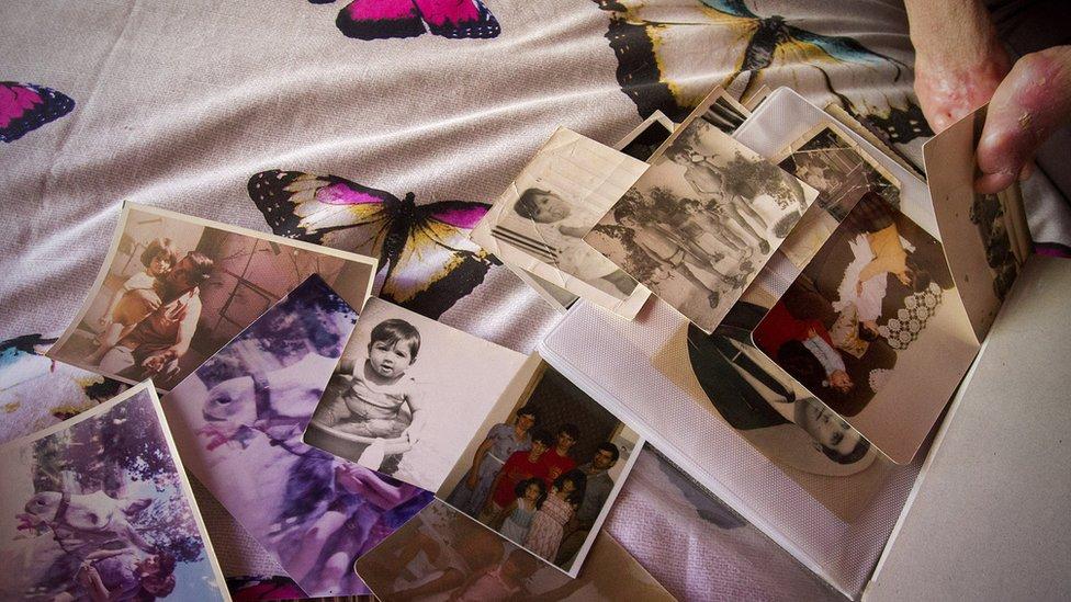 Fide Mirón repasas sus foto de la infancia y adolescencia.