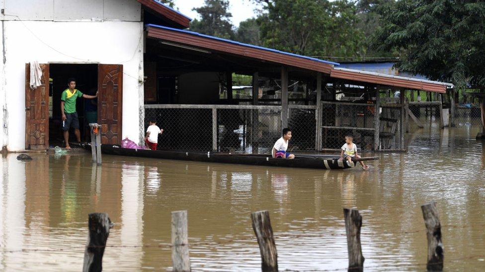 Gente afectada por la inundación