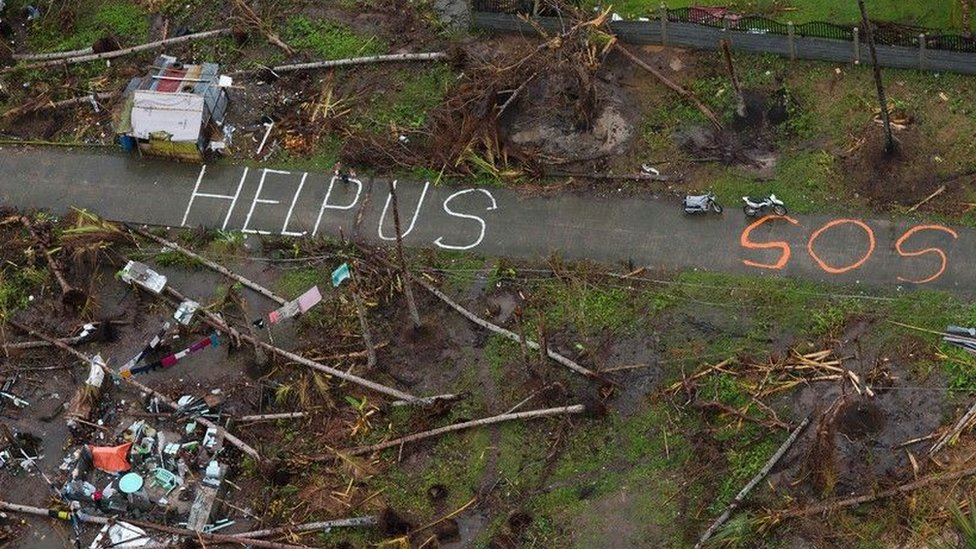 Mensaje que pide ayuda en EE.UU. tras el paso de un huracán.
