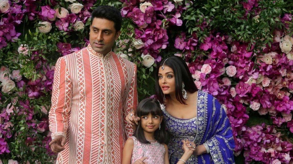 الممثل الهندي أبهيشيك وزوجته الممثلة الهندية وملكة جمال العالم سابقا وابنتهما