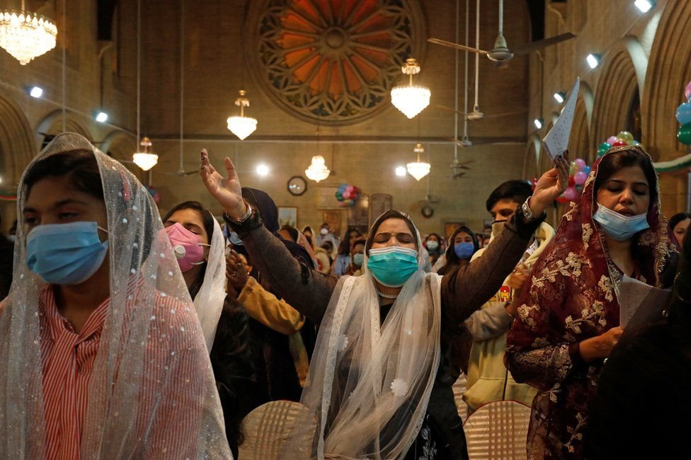 Pakistan'ın Karaçi şehrindeki St. Andrew Kilisesi'nde sessizce dua eden kadınlar.