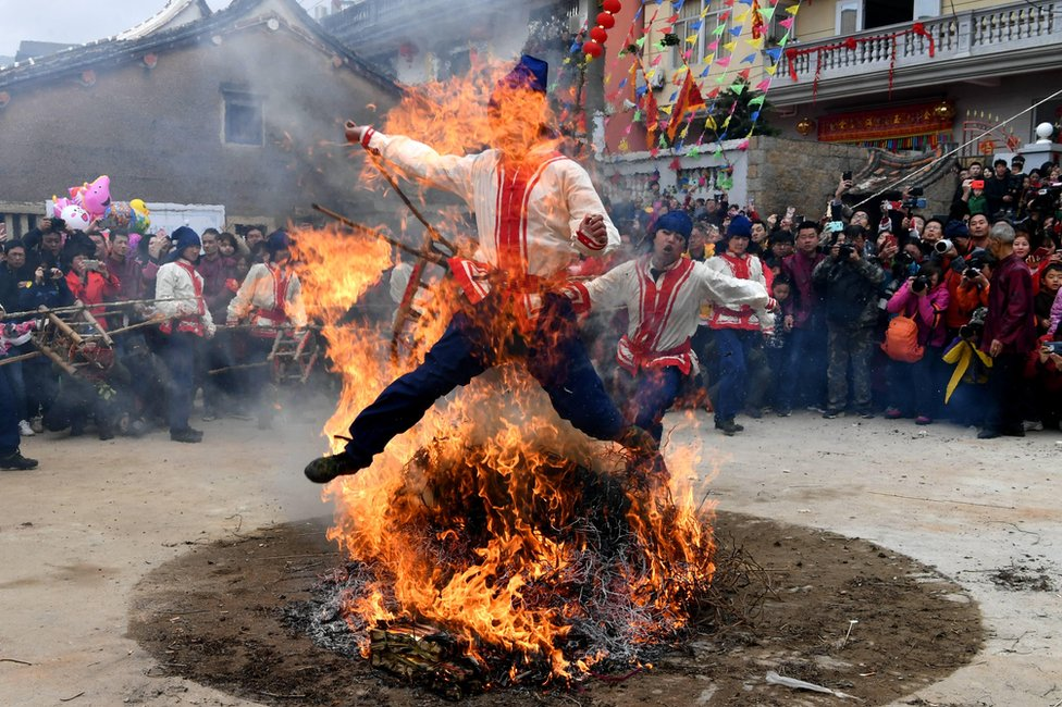 Muškarci u drevnom gradu Putijanu u Kini skaču kroz vatru kako bi osigurali zdravlje, sigurnost i mir.