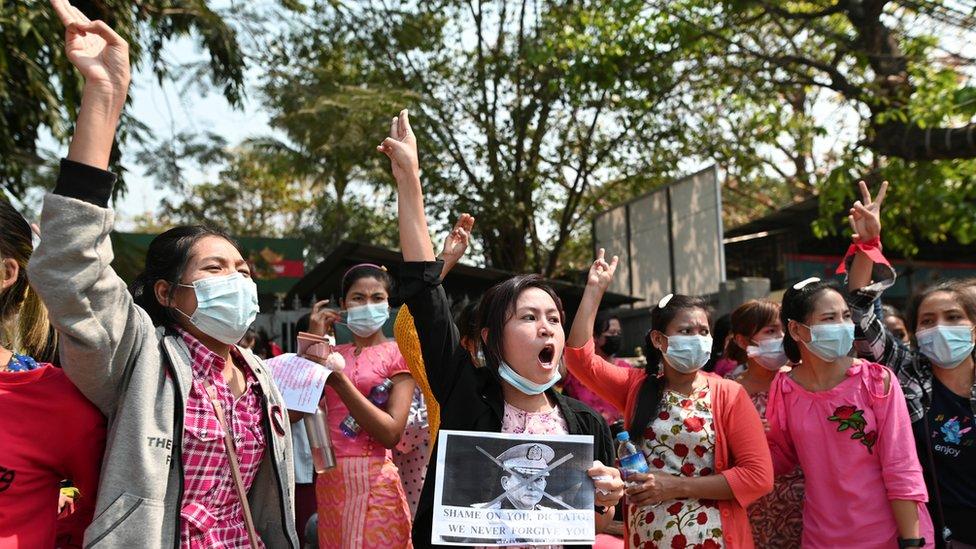 """部份人模仿泰國示威者,舉起三隻手指作為反對極權的抗爭標誌。這個動作由電影""""饑餓遊戲""""而來。"""