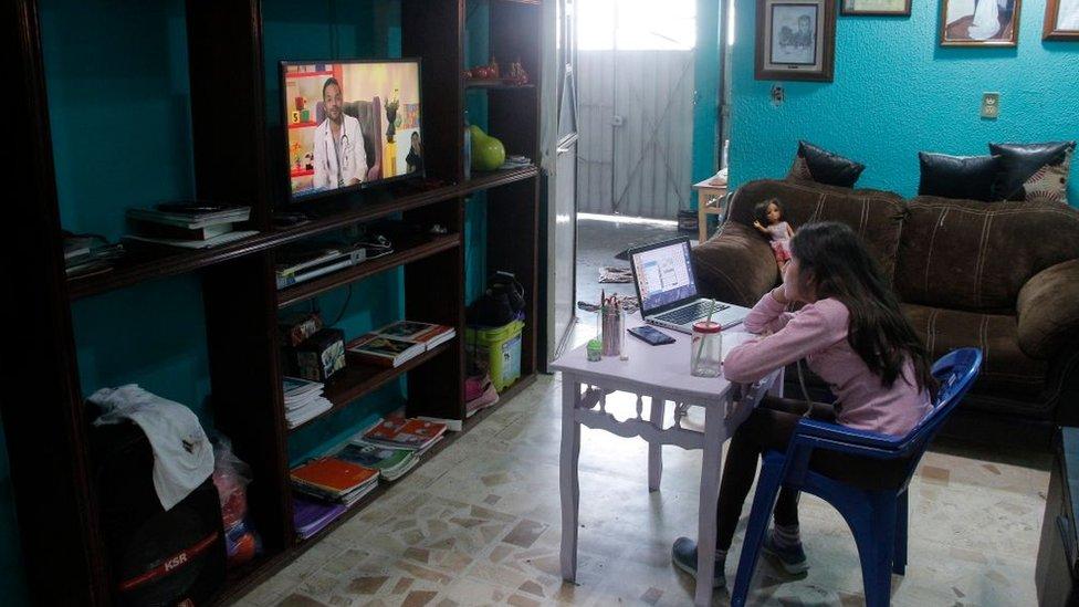 Niña mexicana estudiando en su casa