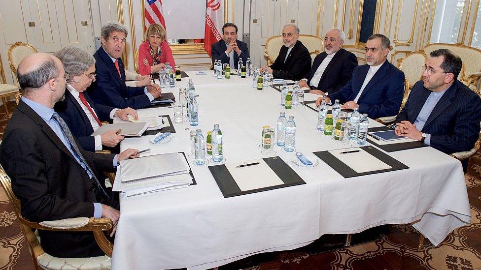 الوفدان الأمريكي والإيراني عام 2015 عقب إبرام الإتفاق النووي