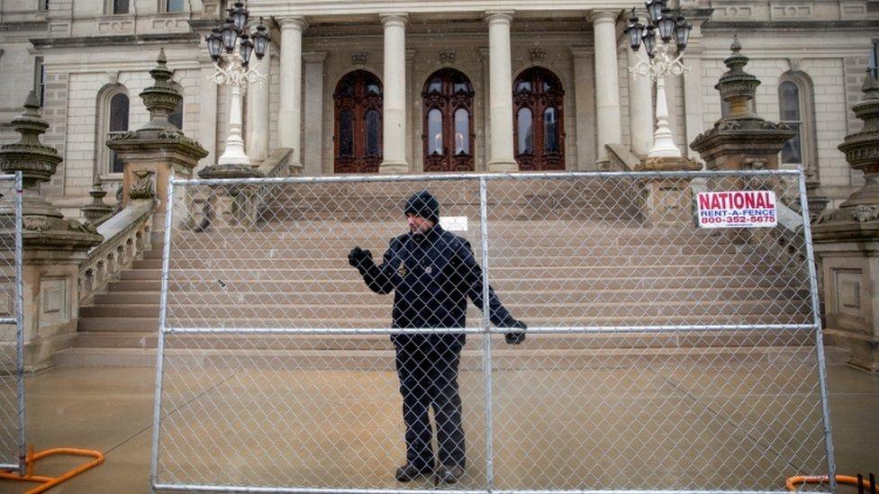 蘭辛市的密歇根州議會大廈周圍也加設了圍欄。