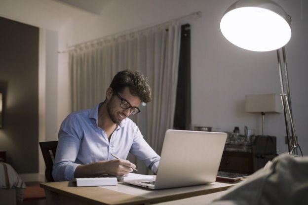 الأصوات المحيطة قد تساعد الموظفين على التغلب على الشعور بالعزلة أثناء العمل من المنزل