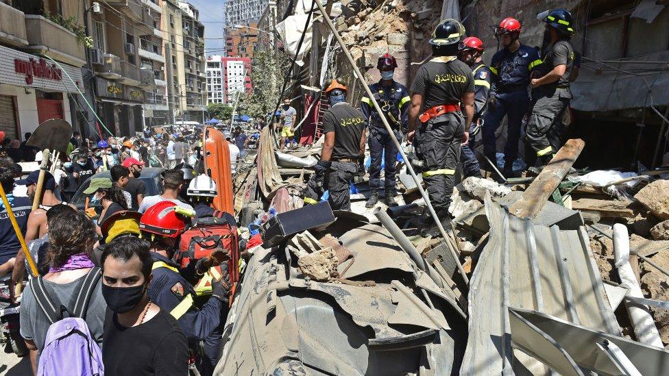 Bomberos buscan desaparecidos entre los escombros.