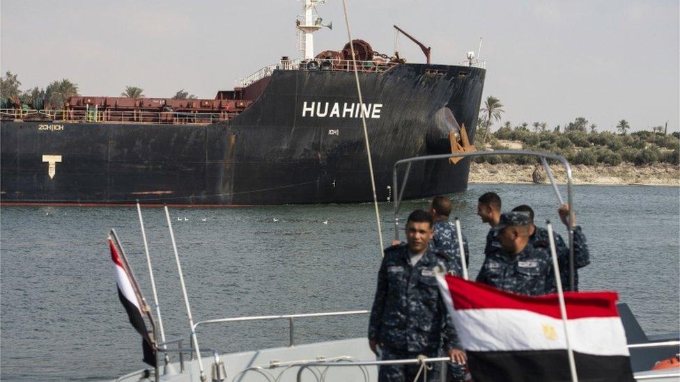إحدى السفن تعبر قناة السويس بعد استئناف حركة الملاحة فيها