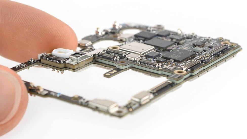 La placa madre Huawei P30 Pro utiliza tecnología de origen internacional (Imagen proporcionada por iFixIt.com)