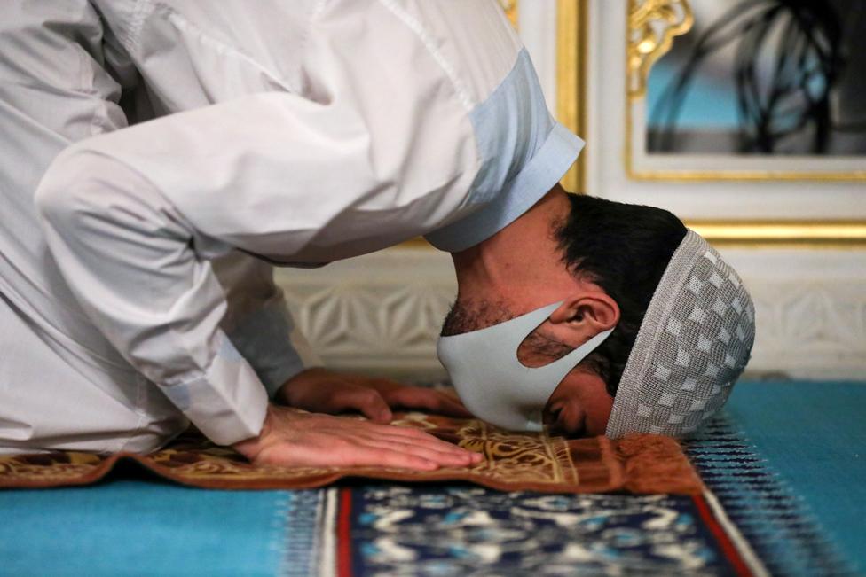 """شخص يؤدي صلاة التراويح في أول ليالي شهر رمضان في مركز """"ديانت"""" الإسلامي في واشنطن"""