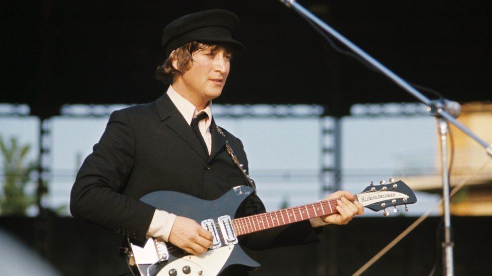 John Lennon durante una actuación en Italia en 1965.