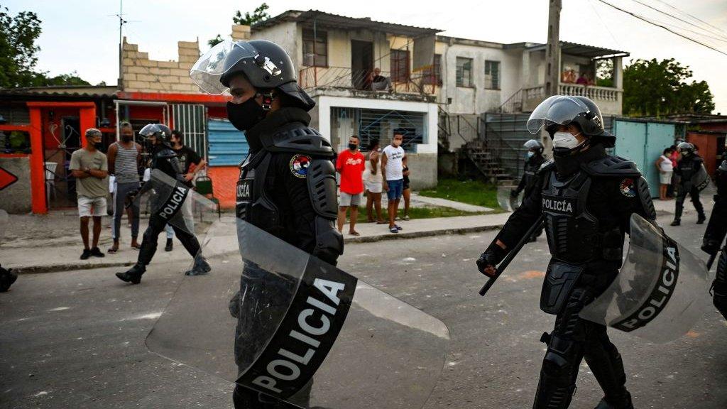 Agentes de policía patrullan las calles de La Habana